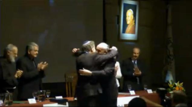 bergoglio-abrazando-al-rabino-apoya-la-homosexualidad